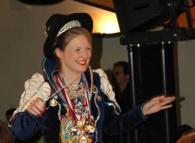 Ina-karneval-dirigiert-blaskapelle-raisting